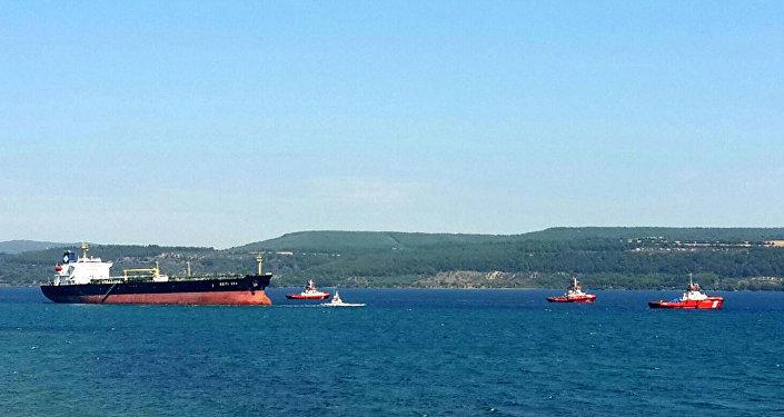 Çanakkale Boğazında karaya oturan Yunan bandıralı tanker kurtarıldı 3