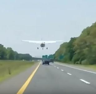 New York'ta tek motorlu bir uçak otobana acil iniş yaptı