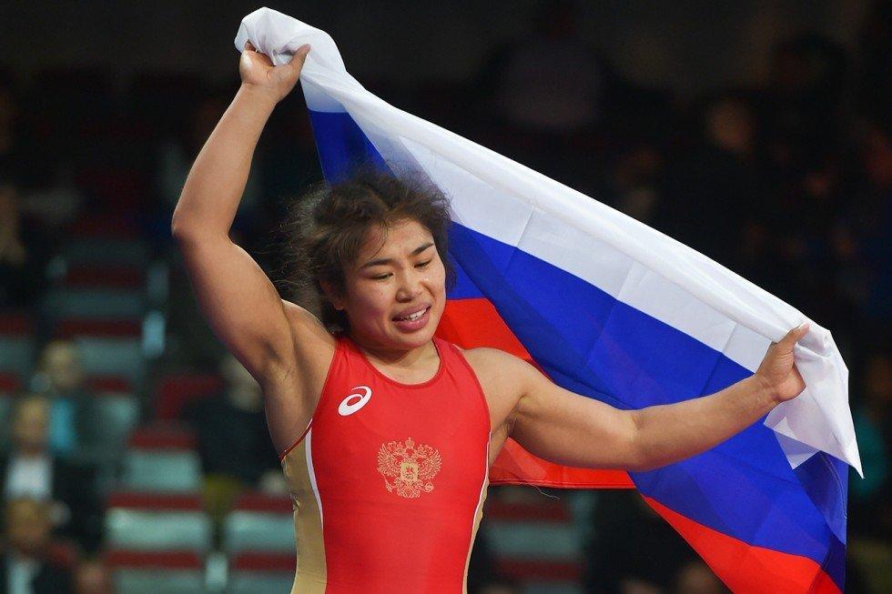 Sovyetler Birliği'nde sayısız altın madalya alan kadın Rus güreşçiler dünyanın en iyileri aralarında görülüyordu. Günümüz Rus güreşçileri Saniyat Ganuçayeva, Olsa Smirnova, Lorisa Orrzhak da büyük turnuvalardan 5 altınla döndü. Oorzhak, 2005, 2010 Dünya Güreş Şampiyonası'nda 3 altın kazandı.