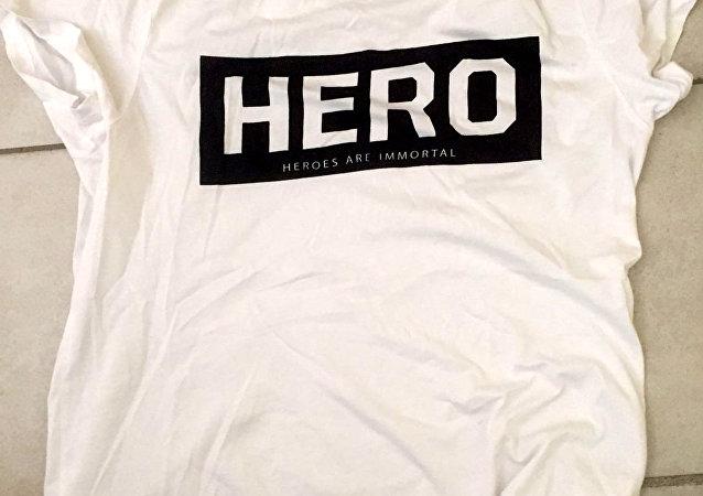 'Hero' tişörtü