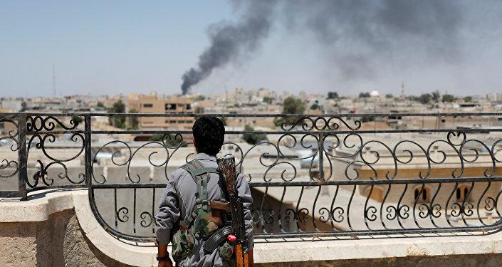Rakka'da IŞİD'le savaşan bir YPG mensubu