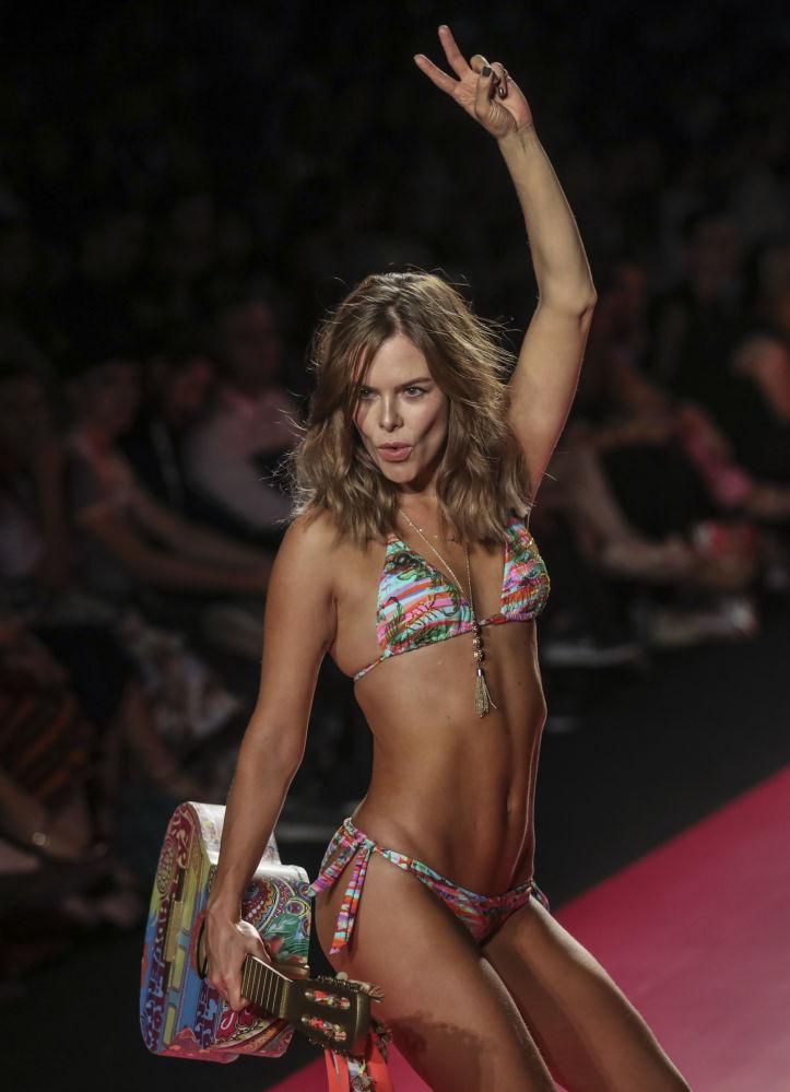 Mayo ve bikini koleksiyonlarının gösterimi.