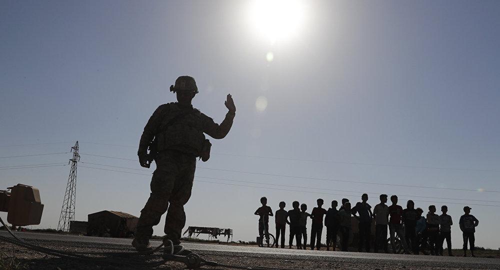 ABD'nin Suriye'de yaklaşık 1000 askeri bulunuyor. Fotoğrafta, Rakka'da görevli bir ABD askeri görülüyor.