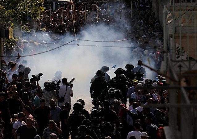 İsrail polisi ses bombasıyla müdahale etti.