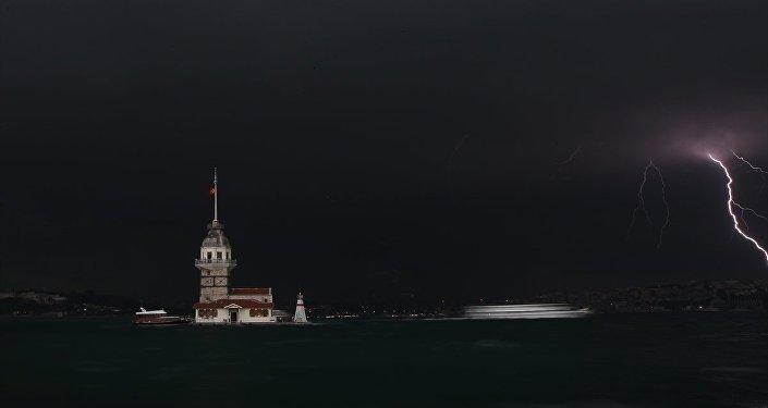 İstanbul'daki yağışta Kız Kulesi'nden görülen bir şimşek