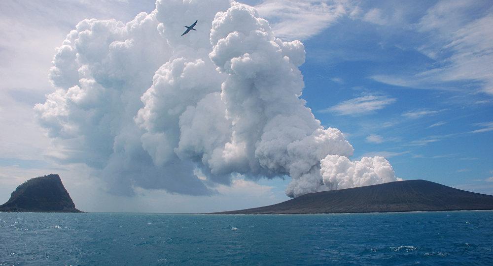 Güney Pasifik'te yer alan Tonga'da bir volkan