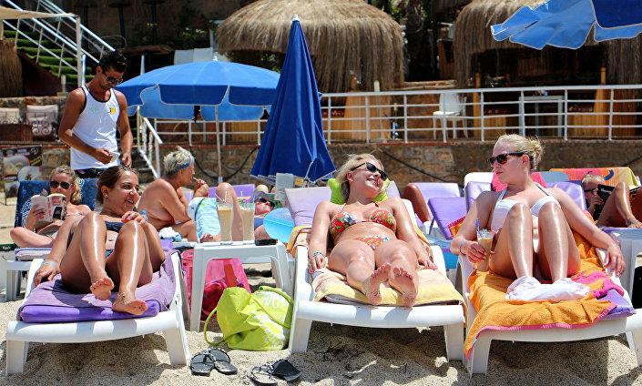 Antalya-Güneşlenen turistler