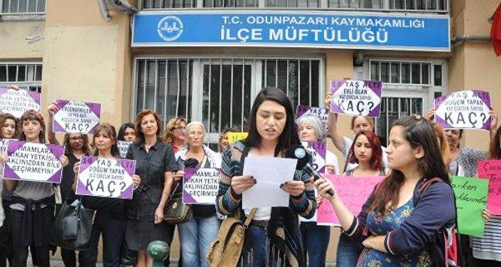 Kadınların müftülük önünde 'nikah kıyma' protestosu