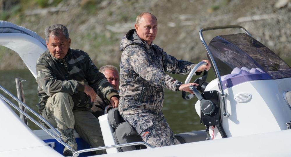 Putin ve Rusya Savunma Bakanı Sergey Şoygu, Sayano-Şuşenski Devlet Biyosfer Koruma Alanı'nı ziyareti sırasında.
