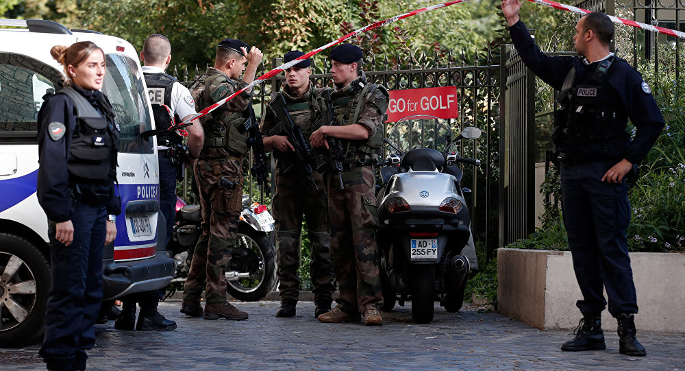 Paris'te bir araç askerlerin arasına daldı: 6 yaralı