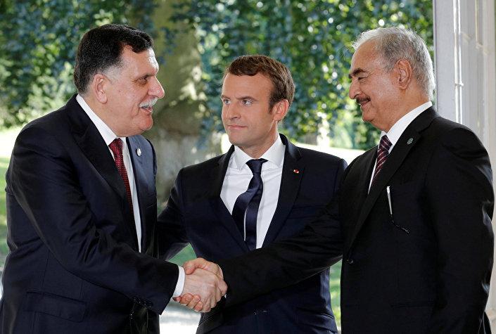 Fransa Cumhurbaşkanı Emmanuel Macron, Libya Ulusal Ordusu komutanı Mareşal Halife Hafter ve Libya Ulusal Uzlaşı Hükümeti lideri Fayiz es-Serrac