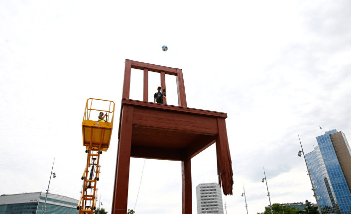 Ailesiyle Cenevre'ye giden Neymar, basın toplantısı öncesinde BM Cenevre Ofisi önündeki sivillere yönelik silahlı şiddete karşı mücadeleyi simgeleyen 'kırık sandalye heykeli'ne vinç yardımıyla çıkarak top sektirdi. Cenevre halkının yoğun ilgi gösterdiği ünlü futbolcu kendisinden top isteyen çocukları kırmadı.