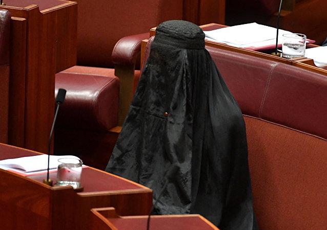 Avustralya'da aşırı sağcı, göçmen ve Müslüman karşıtı 'Tek Ulus' partisi lideri Senatör Pauline Hanson, Senato'da yapılan oturuma burkayla geldi. 10 dakika boyunca yerinde burkayla oturan Hanson, bu eylemle partisinin ülke genelinde 'ulusal güvenlik gerekçesiyle' burkanın yasaklanması için verdiği öneriye dikkat çekmek istedi.