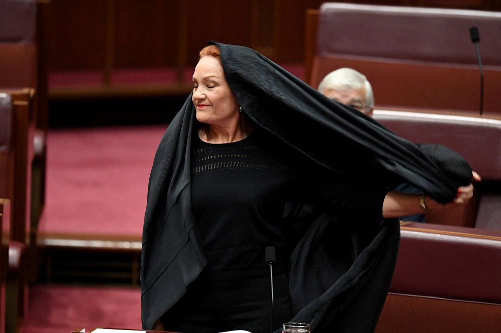 Hanson yaptığı açıklamada Avustralyalıların büyük bir çoğunluğu burkanın yasaklandığını görmek istiyor dedi. Hanson daha sonra üzerindeki burkayı çıkardı.