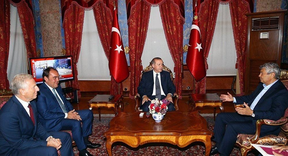 Cumhurbaşkanı Recep Tayyip Erdoğan, TFF Başkanı Yıldırım Demirören ve A Milli Futbol Takımı teknik direktörü Mircea Lucescu