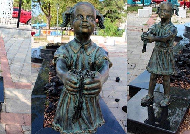 Zonguldak'taki Atatürk'e çiçek veren kız heykeline saldırı