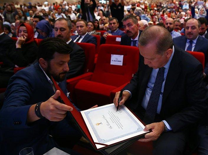 Erdoğan, AK Parti'de görev yapmış yöneticilerin teşekkür belgelerini imzaladı.