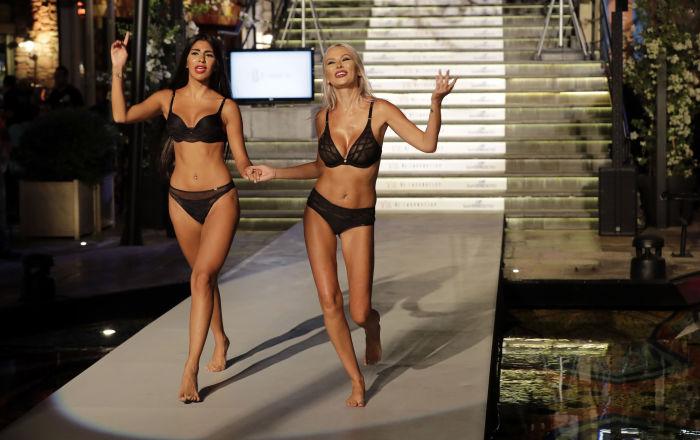 Model, Lübnan'da the Village Runway defilesinde iç giyim koleksiyonunu gösterirken