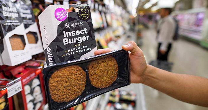 Cenevre'deki bir süpermarkette satılan 'böcekburger'
