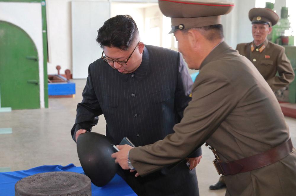 Kuzey Kore lideri Kim Jong-un Pyongyang'da Savunma Bilimler Akademisi'ndeki Kimyasal Madde Enstitüsü'nü ziyaret etti