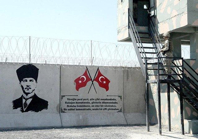 Suriye sınırındaki duvara Türk bayrakları ve Atatürk portresi