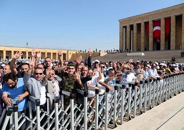 Anıtkabir törenine ilk kez halk da katıldı