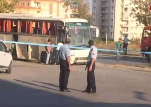 İzmir'de servis otobüsü geçişi sırasında patlama