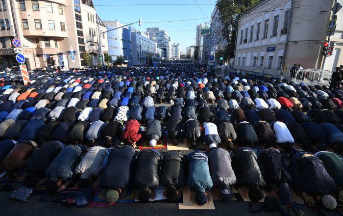 Caminin yerini beğenmeyince 8 aydır sokakta namaz kılıyorlar