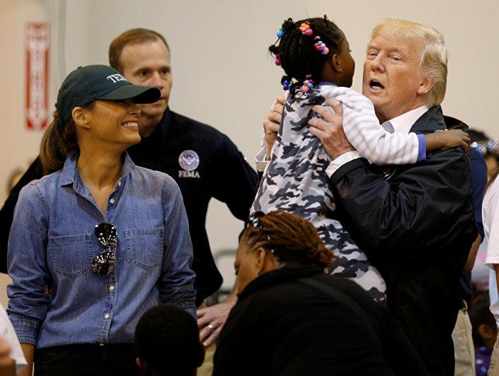 Trump'ın Houston'da gönüllüler ve afetten sağ kurtulanlarla görüşen ve barınaklardaki gıda dağıtımına katılması 'ABD toplumu ile ilk yakından etkileşimi' olarak yorumlandı.