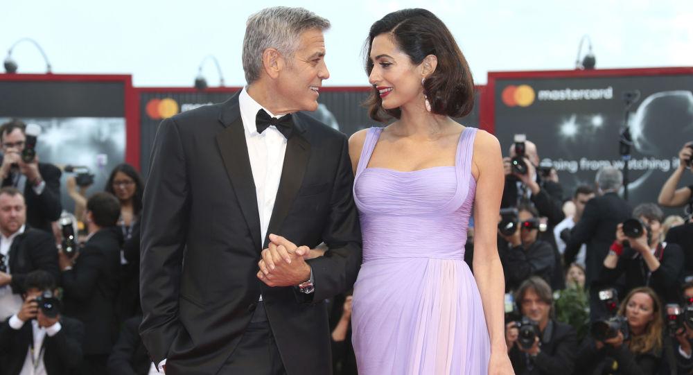 Oyuncu ve yönetmen George Clooney eşi Amal Clooney ile birlikte 74. Venedik Film Festivali'nde.