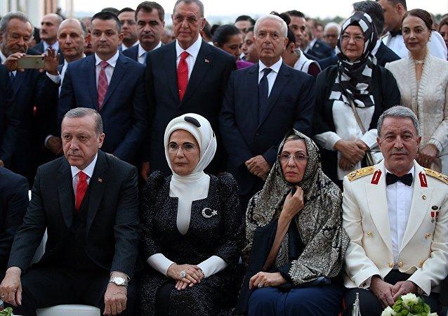 Cumhurbaşkanı Recep Tayyip Erdoğan, eşi Emine Erdoğan, Genelkurmay Başkanı Orgeneral Hulusi Akar, eşi Şule Akar
