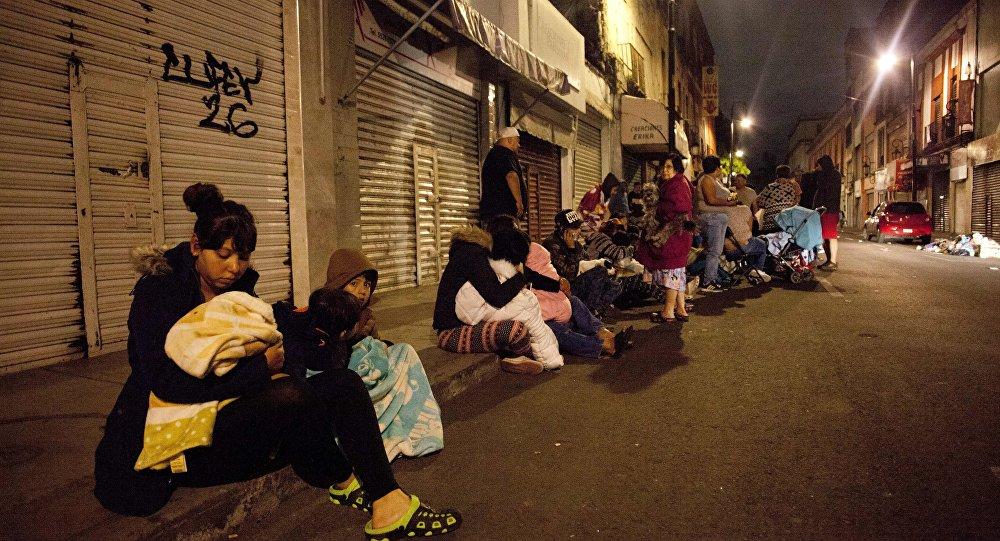 Meksika'daki depremin ardından başkent Mexico City'de insanlar sokaklara döküldü