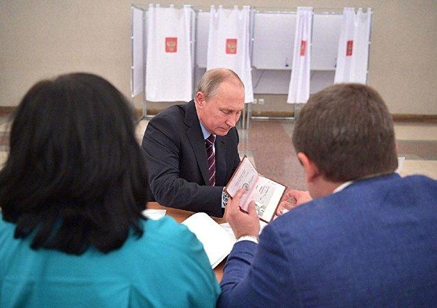 Putin'in pasaportunun görüntüleri internette yayınlandı