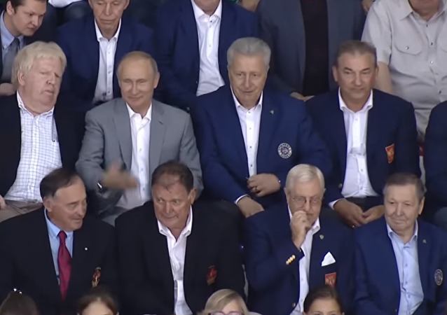 Rusya Devlet Başkanı Vladimir Putin, Moskova Bölgesi'ndeki açık şampiyonada, 1972 SSCB-Kanada efsanevi seri maçlarında oynayan oyuncularla bir hokey maçı izledi.