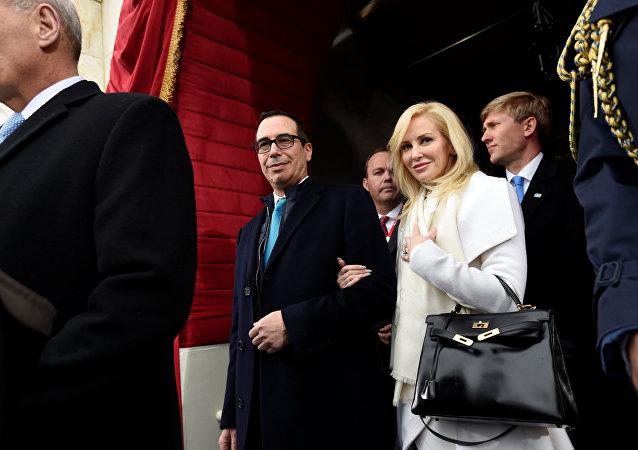 ABD Hazine Bakanı Steve Mnuchin ve nişanlısı Louise Linton