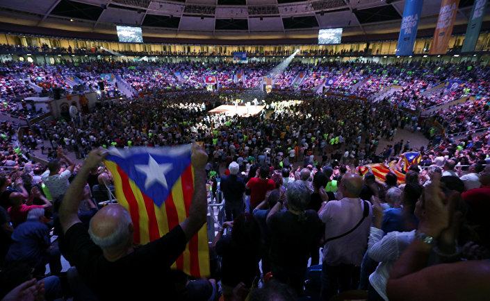 Barcelona'nın güneyindeki Tarragona'da çok sayıda kişi, bağımsızlık referandumu için başlatılan kampanyaya destek verdi.