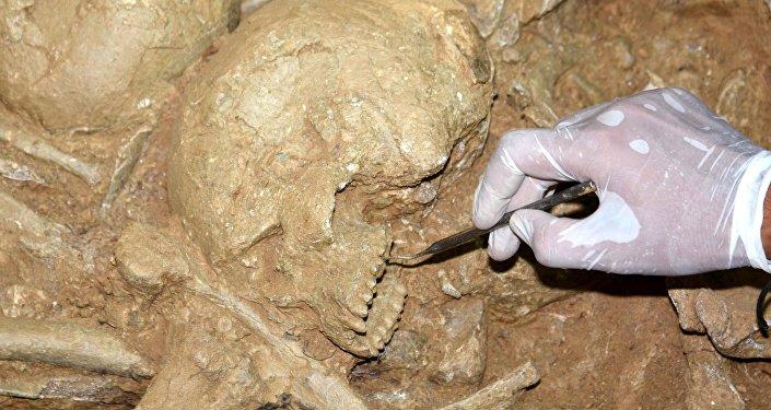 Yan yana 6 oda mezarın bulunmasının bu bölgede özel statüde insanların gömülü olduğunu gösterdiğini söyleyen Keleş Mezarda 1 sikke, 1'i cam olmak üzere 3 gözyaşı şişesi, 1 tabak, 1 amfora, 1 de testi gibi antik eserler bulduk. Ayrıca bir de antik dönemde gençlerin vücutlarındaki yağları temizleme aracı olan strigilis bulduk. Bunlar kazı evinde gelecek sezon detaylı şekilde incelenecek dedi.