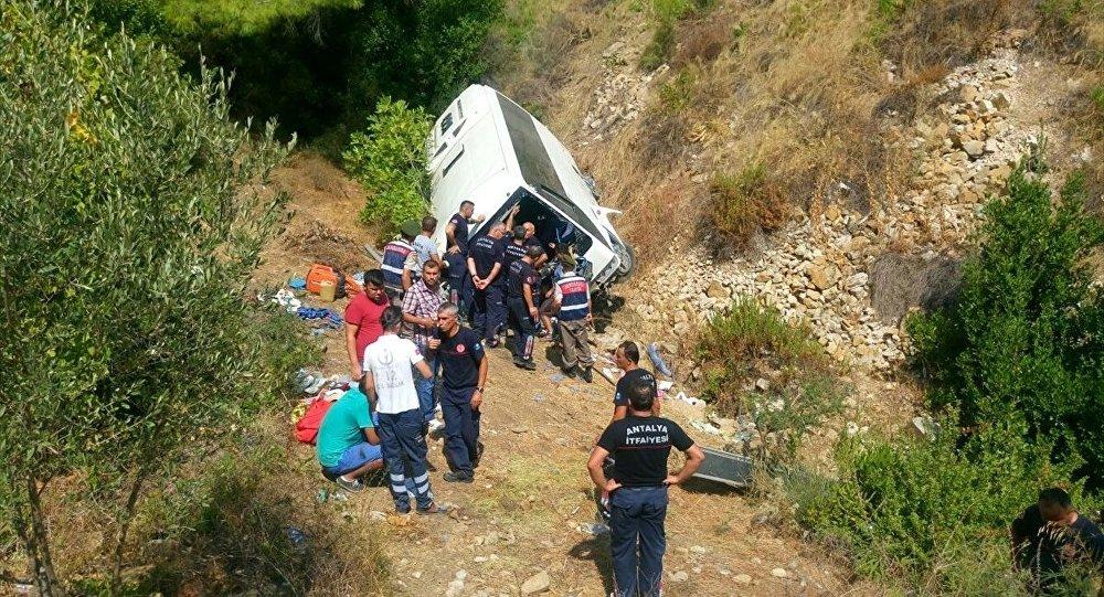 Antalya'da tur midibüsü uçuruma yuvarlandı
