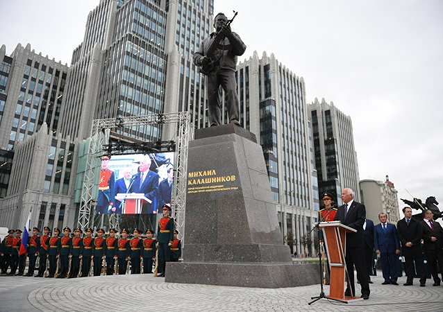 Mihail Kalaşnikof heykeli