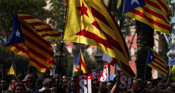 Katalonya Yüksek Mahkemesi önünde toplanan binlerce eylemci Madrid hükümetinin 'yasa dışı' olduğunu savunduğu bağımsızlık referandumunu destekledikleri için gözaltına alınan 12 Katalan yetkilinin serbest bırakılmasını istedi. Gözaltına alınanlar arasında Katalonya Ekonomi Bakanı yardımcısı Josep Maria Jove de bulunuyordu.