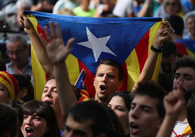Eylemciler 'Oy kullanacağız', 'Merhaba demokrasi' sloganları atıp, 'Diktatörlüğü durdurun' pankartı taşıdı. Katalonya'nın bağımsızlığını savunan sivil toplum örgütleri İspanyol jandarmasının dün gerçekleştirdiği gözaltılar ve Katalan resmi kurumlarında yaptığı aramalara karşı uzun süreli protesto gösterileri düzenlenmesi çağrısında bulunmuştu.