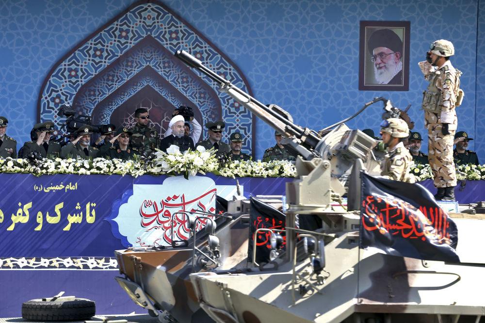 İran Cumhurbaşkanı Hasan Ruhani askeri töreni gözlemliyor
