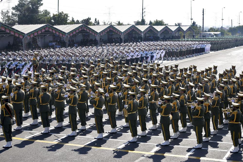 37. yıl dönümü münasebetiyle düzenlenen askeri törene katılan İran askerleri