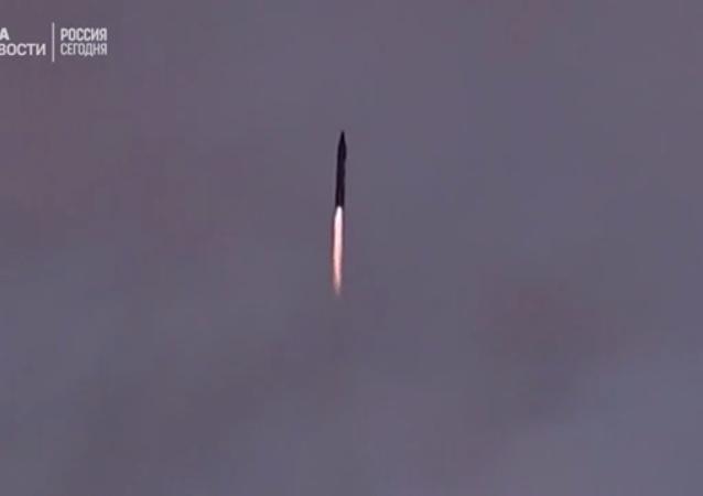 İran yeni balistik füzesini test etti
