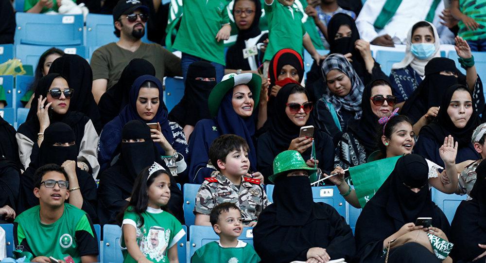 Suudi Arabistan'da bir ilk: Kadınlar stadyuma alındı