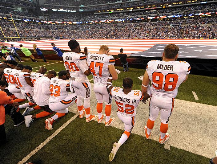 24 Eylül'de Cleveland Browns takımı oyuncuları, Indiana Colts'a karşı oynayacakları maç öncesinde ulusal marş okunurken diz çökerek siyahlara yapılan ayrımcılığı protesto etti