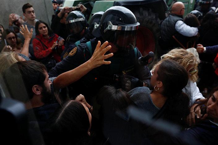 Polisle oy kullanan Katalanlar arasında arbede
