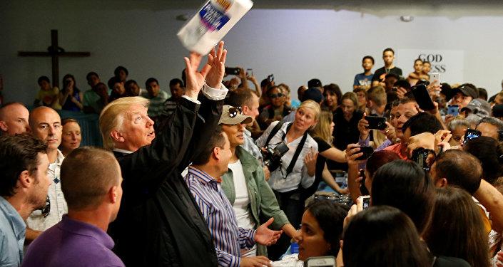 Bu arada Trump'ın bir kilisede bir araya geldiği kasırga mağdurlarına, basket atar gibi kağıt havlu fırlatması tepki topladı.