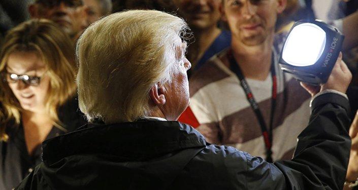Bölgenin yüzde 90'ına hala elektrik verilemezken Trump bir gruba da artık fenere ihtiyaçları olmadığını söyledi.