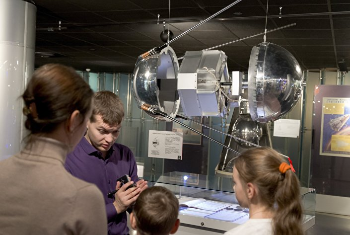 Moskova'daki uzay müzesinde bir rehber ziyaretçilere Sputnik 1 hakkında bilgi veriyor
